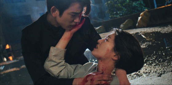 In this tragic scene, Detective Yoon Soo-hyun still worries about Judge Kim Ga-on hurting himself, even after being shot. Moon explained this scene was the one he put the most effort into. [TVN]