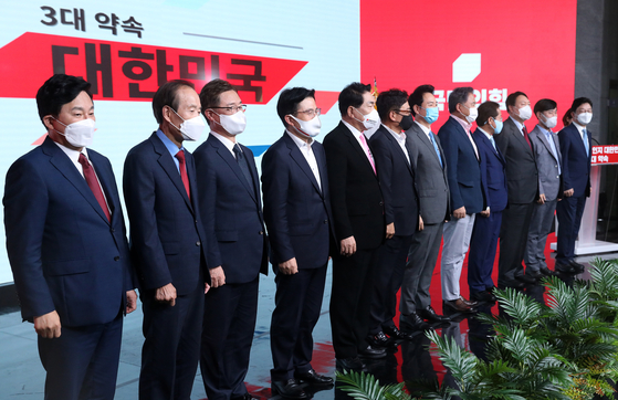 Contenders in the primary to elect the opposition People Power Party (PPP)'s presidential candidate pose before announcing their platforms in a studio in Seoul Tuesday. [JOINT PRESS CORPS]