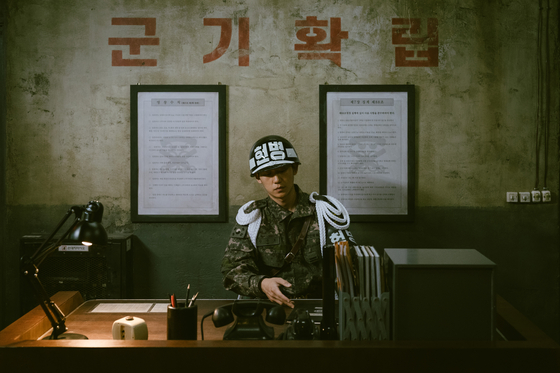 """Private An Jun-ho on nighttime duty in the Netflix series """"D.P."""" Since its release last month, the series has shone a light on the violent practices in the military. [NETFLIX]"""