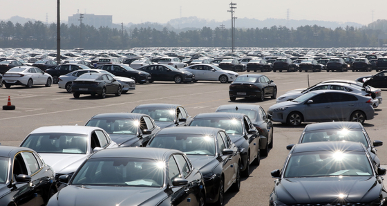 Cars are parked at Hyundai Motor's Asan factory in South Chungcheong back in April waiting for deliveries. [NEWS1]