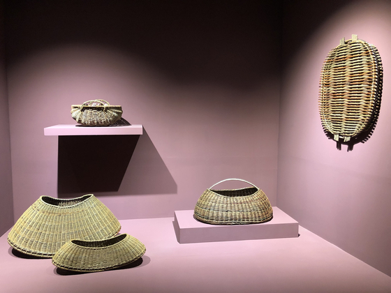 Annemarie O'Sullivan weaves baskets with willow she grew herself to represent the essence of labor. [SHIN MIN-HEE]