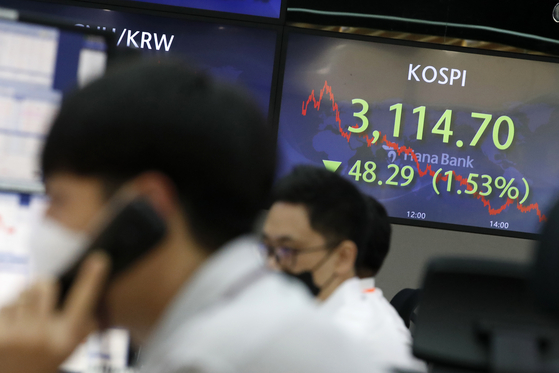 A screen in Hana Bank's trading room in central Seoul shows the Kospi closing at 3,114.7 points on Thursday, down 48.29 points, or 1.53 percent, from the previous trading day. [NEWS1]