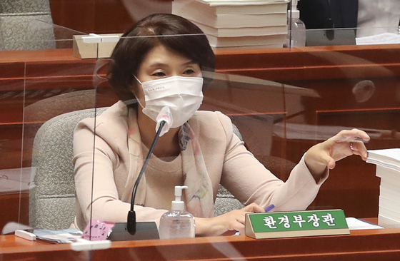 Korean Environment Minister Han Jeoung-ae speaks at a budget committee meeting at the National Assembly in western Seoul Wednesday. [JOINT PRESS CORPS]