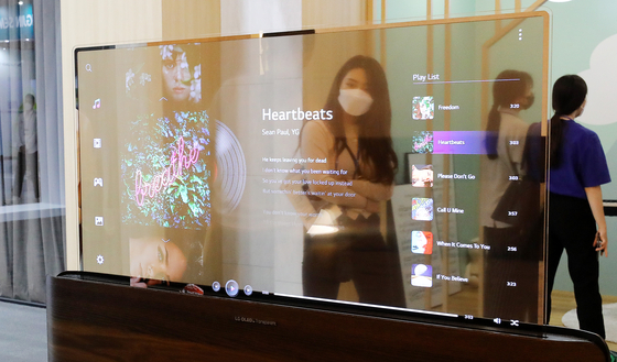 LG Display's transparent OLED screen is on display at IMID 2021, a display exhibition held at COEX on Aug. 25. [NEWS1]