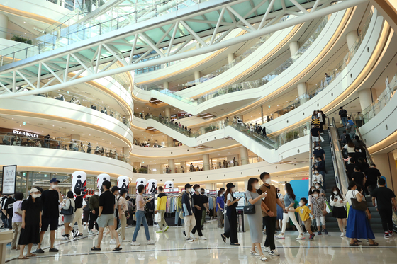 Shoppers crowd a major mall in Seoul on Sunday. Due to the government's relaxed social distancing regulations that were applied last week, the movement of people has increased. Many small stores, however, continue to argue that the government needs to relax the social distancing regulations even further as they are now at the end of their rope. [YONHAP]