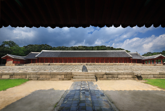 The Jongmyo Shrine in central Seoul, a Unesco World Heritage site since 1995. The shrine was where memorial services were performed for the deceased kings. [CULTURAL HERITAGE ADMINISTRATION]