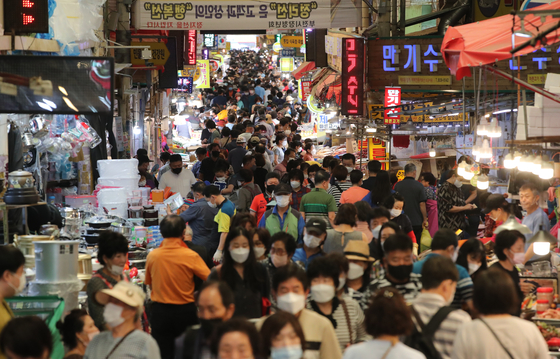 Bujeon outdoor market in Busan is crowded with customers on Sunday, a week before Chuseok, or the Korean harvest holiday, which falls on Sept. 21 this year.  [SONG BONG-GEUN]