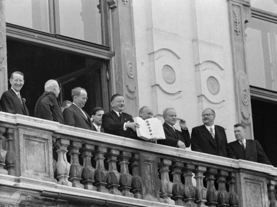 Foreign ministers and leaders of the four allied powers of WWII and Austria — John Foster Dulles of the United States, Antoine Pinay of France, Leopold Figl, foreign minister of Austria, Adolf Scharf, vice-chancellor of Austria, Vyacheslav Molotov of the Soviet Union, Julius Raab, chancellor of Austria -- show the Austrian State Treaty at a balcony of the Belvedere Palace on May 15, 1955. [VOTAVA, VIENNA]