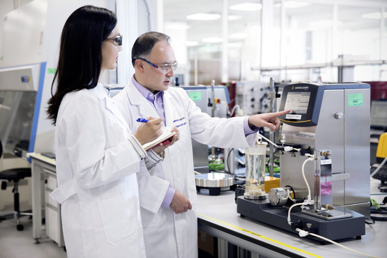 Samsung Biologics researchers conduct tests in its first overseas research & development center in San Francisco. [SAMSUNG BIOLOGICS]
