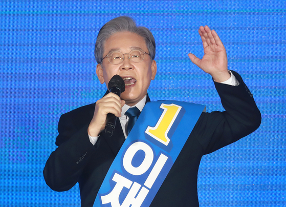 Gyeonggi Gov. Lee Jae-myung makes a speech at the presidential primary of the ruling Democratic Party at the Oak Valley Resort Convention Center in Wonju, Gangwon, on Sunday. Lee ranked No. 1 among six candidates, winning 55.9 percent in the Gangwon regional primary after winning majority votes in all three previous regional primaries (Daejeon-North Chungcheong, Sejong-North Chungcheong and Daegu-North Gyeongsang). [YONHAP]