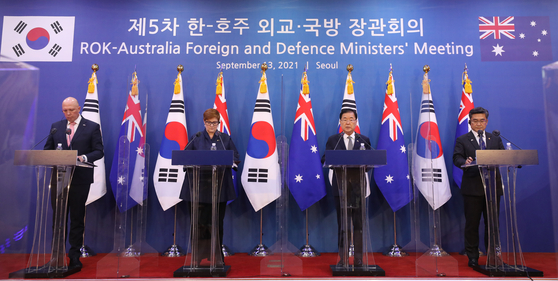 Australia's Defense Minister Peter Dutton, far left, and Foreign Minister Marise Payne, second from left, hold a joint press conference in Korea's Foreign Ministry in Seoul on Monday with Korea's Foreign Minister Chung Eui-yong and Defense Minister Suh Wook as the two countries mark the 60th anniversary of bilateral ties this year. [NEWS1]