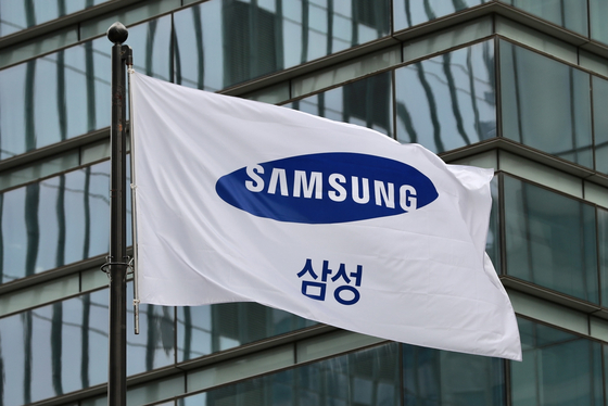 A Samsung flag hangs outside Samsung Electronics' headquarters in southern Seoul. The company said on Monday that will start its first-ever wage negotiations with its labor unions. [NEWS1]