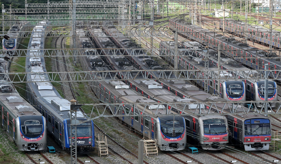 Subway cars are lined up at Korea Railroad's Guro Train Office in Guro District, western Seoul. The Seoul Transit Corporation Labor Union said workers will go on strike from Tuesday morning if no agreement is reached with Seoul Metro during final negotiations Monday night. [NEWS1]