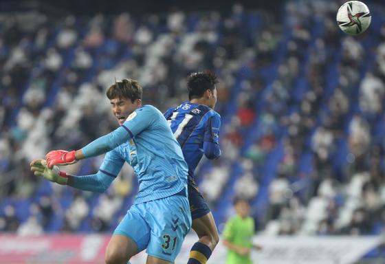 Ulsan Hyundai's Lee Dong-jun, right, heads the ball during a K League 1 match against Jeonbuk Hyundai Motors on Friday at Ulsan Munsu Stadium in Ulsan. [YONHAP]
