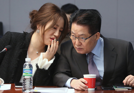 Cho Sung-eun, a former deputy chief of the election committee of the United Future Party (UFP), left, speaks to Park Jie-won, chief of the National Intelligence Service (NIS) and then head of the minor opposition People's Party, at the National Assembly in western Seoul on Jan. 12, 2018. The main opposition People Power Party is accusing Park of backing Cho, the whistleblower in allegations that presidential contender Yoon Seok-youl meddled in the April 2020 general elections while serving as prosecutor general. [NEWS1]