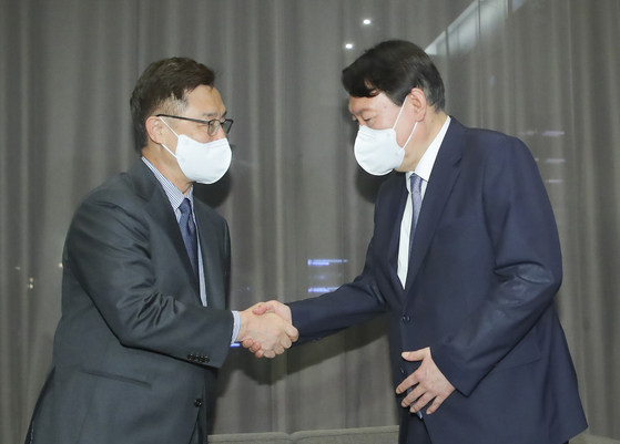 Former Prosecutor General Yoon Seok-youl, right, and Former Board of Audit and Inspection Chairman Choe Jae-hyeong, both opposition presidential contenders, hold a surprise meeting Sunday evening at a hotel in Yeouido, western Seoul, in a show of unity to discuss issues including the allegations against Yoon meddling in last year's elections during his time as prosecutor general. [NEWS1]