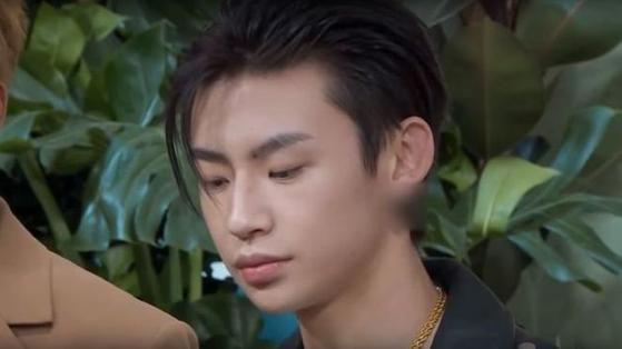 2019 年,几部中国电视节目通过堵塞耳垂来审查男性名人的耳环,引发了争议。 中国官方媒体经常谴责与传统男子气概不同的男性。 [IQIYI]