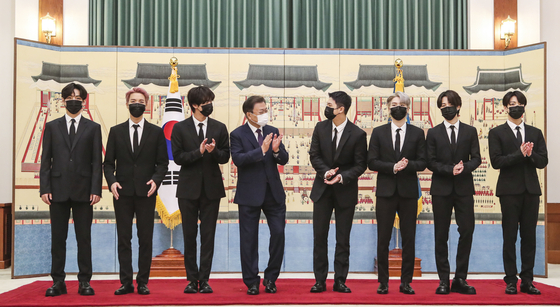 President Moon Jae-in, fourth from left, and members of BTS pose for a commemorative photo at the Blue House in central Seoul Tuesday in a ceremony appointing the boy band as a special presidential envoy for future generations and culture. BTS will partake in a session of the UN General Assembly headquartered in New York with Moon next week. [JOINT PRESS CORPS]