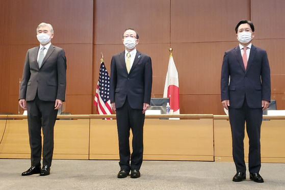 From right, South Korea's chief nuclear envoy Noh Kyu-duk takes a commemorative photo with his Japanese counterpart, Takehiro Funakoshi, and Sung Kim, the U.S. special representative for North Korea, before trilateral talks to discuss Pyongyang in Tokyo Tuesday. [YONHAP]