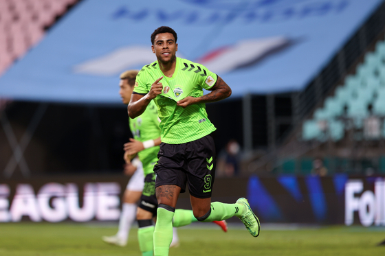 Gustavo Henrique da Silva Sousa, known as Gustavo, appears for Jeonbuk Hyundai Motors in a game against Daegu FC at Jeonju World Cup Stadium in Jeonju, North Jeolla, on Aug. 7. The Brazilian, who joined Jeonbuk last year, was named the K League Player of the Month for August. He will receive a trophy made by the award's sponsor EA Sports and can wear a Player of the Month patch on his uniform for the rest of the season. [YONHAP]