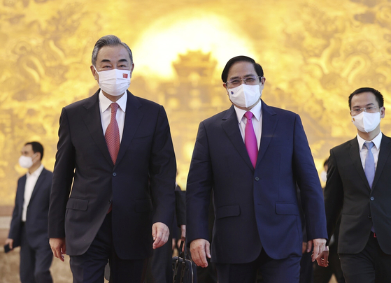 Chinese Foreign Minister Wang Yi, left, meets with Vietnamese Prime Minister Pham Minh Chinh in Hanoi, Vietnam, on Saturday, ahead of his two-day trip to Seoul from Tuesday. [AP/YONHAP]
