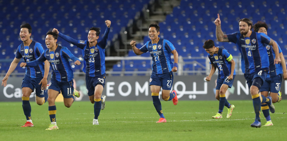 Ulsan Hyundai players celebrate after beating Kawasaki Frontale 3-2 on penalties in the round of 16 of the 2021 AFC Champions League at Munsu Football Stadium in Ulsan on Tuesday. [YONHAP]