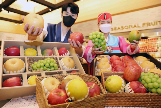 Models pose with assorted fruit in Chuseok holiday gift sets at Shinsegae Department Store's main branch in Jung District in central Seoul on Wednesday. [SHINSEGAE DEPARTMENT STORE]