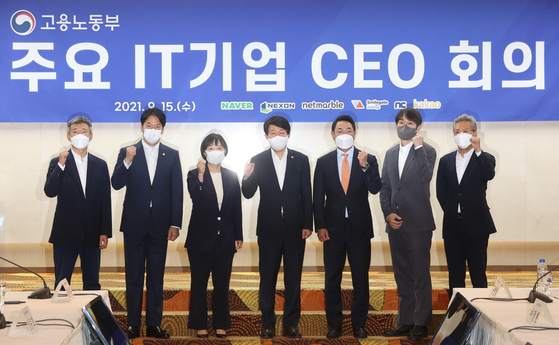 From left: Smilegate Holdings CEO Sung Joon-ho, Netmarble CEO Lee Seung-won, Naver CEO Han Seong-sook, Ministry of Employment and Labor Minister An Kyung-duk, Kakao CEO Yeo Min-soo, Nexon Korea CEO Lee Jung-hun and NCSoft Chief Human Resources Officer Koo Hyun-bum pose for a photo at a meeting of IT companies at the President Hotel in Jung District, central Seoul, on Wednesday. At the meeting, the labor ministry encouraged the companies to increase jobs and recruit more. [YONHAP]