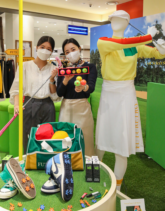 Models hold golf balls and clubs at Hyundai Department Store's Active Sports Club shop. According to the department store, the new shop was opened on Wednesday at The Hyundai Seoul in Yeouido, western Seoul, to target young golf fans. Products by golf brands Le Sonnet and Port Mayne will be provided. [HYUNDAI DEPARTMENT STORE]