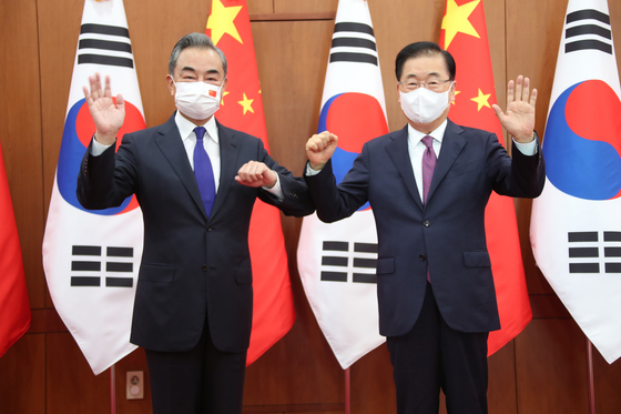 South Korean Foreign Minister Chung Eui-yong, right, and his Chinese counterpart, Wang Yi, pose for a photo ahead of bilateral talks at the Foreign Ministry in central Seoul on Wednesday. [NEWS1]