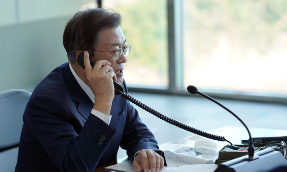 President Moon Jae-in speaks with the captain of the Dosan Ahn Chang-ho shortly after the successful test of the SLBM from the submarine on Wednesday afternoon. [BLUE HOUSE]