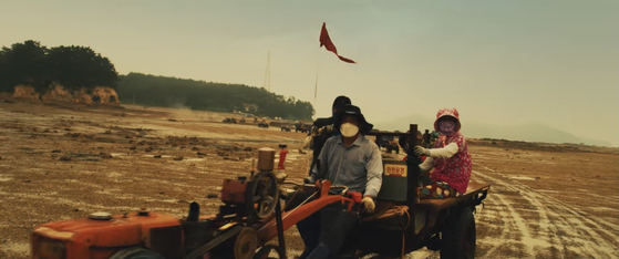 The Korea Tourism Organization unveiled a series of promotional videos earlier this month, and one on Seosan features locals riding tractors on a tidal flat. The scene is a parody of 2015 film ″Mad Max: Fury Road,″ and the video is titled Mudmax. [SCREEN CAPTURE]