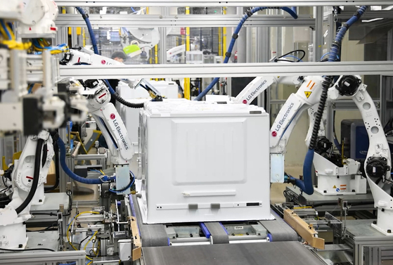 Robots assemble parts at LG Electronics' new plant in Changwon, South Gyeongsang. LG Electronics started operating part of the plant on Thursday after it invested 800 billion won ($682 million) to revamp it. [LG ELECTRONICS]