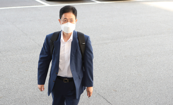 Son Jun-sung, a senior prosecutor close to former Prosecutor General Yoon Seok-youl accused of sharing drafts of criminal complaints against journalists and political figures with People Power Party Rep. Kim Woong, heads to work at the Daegu High Prosecutors' Office Thursday. [YONHAP]