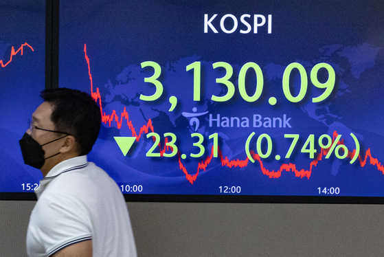 A screen in Hana Bank's trading room in central Seoul shows the Kospi closing at 3,130.09 points on Thursday, down 23.31 points, or 0.74 percent, from the previous trading day. [NEWS1]