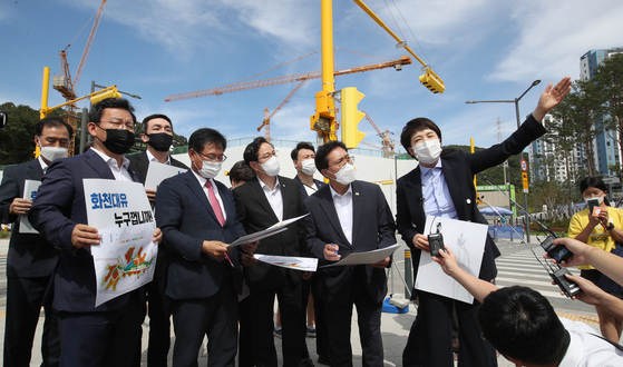 Lawmakers of the main opposition People Power Party who are members of the party's task force looking into allegations against Gyeonggi Gov. Lee Jae-myung and a development project in Daejong-dong, conduct an on-site inspection of the complex in Seongnam, Gyeonggi, Thursday. [JOINT PRESS CORPS]