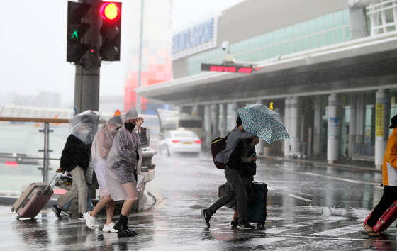 As Typhoon Chanthu approaches Jeju Island on Thursday, tourists in a hurry head to Jeju International Airport to leave the island before strong winds and heavy rainfall, which may likely cause flight cancellations. The Korea Meteorological Administration predicted the typhoon will move closest to the island around 8 a.m. Friday. [YONHAP]