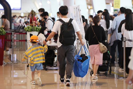 People queue up at Gimpo Airport on Friday, a day before the long-weekend and the Chuseok holidays. [YONHAP]
