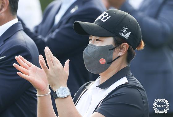 Pak Se-ri claps for Kim Hyo-joo after Kim won the OKSavingsBank Se Ri Pak Invitational at Sejong Silkriver in Sejong, Cheongju on Sunday. [KLPGA]