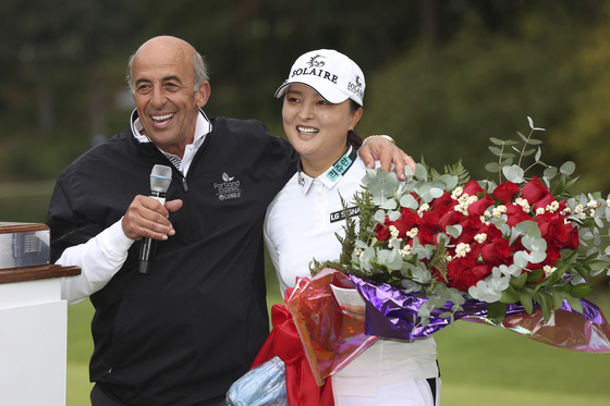 Ko Jin-young,right, is embraced by Tournament Golf Foundation president Tom Maletis after she won the LPGA Cambia Portland Classic golf tournament in West Linn, Oregon on Sunday. [AP/YONHAP]