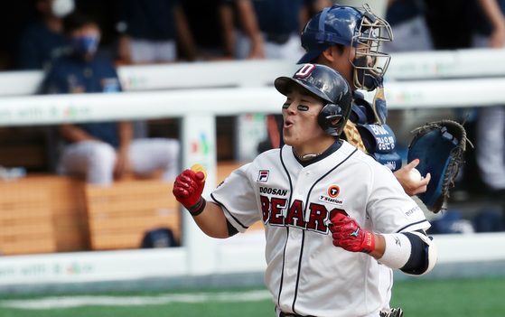 Heo Kyoung-min rounds the bases after hitting a three-run home run against the NC Dinos at Jamsil Baseball Stadium in southern Seoul on Wednesday. [NEWS1]