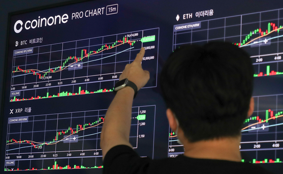 Digital screen operated by Coinone in Yongsan District, central Seoul, shows cryptocurrency prices on Thursday. Bitcoin recovered Thursday after three days of declines. On Thursday, bitcoin's price was at $43,548 per coin, up 7.95 percent compared to 24 hours earlier, according to CoinMarketCap. [YONHAP]
