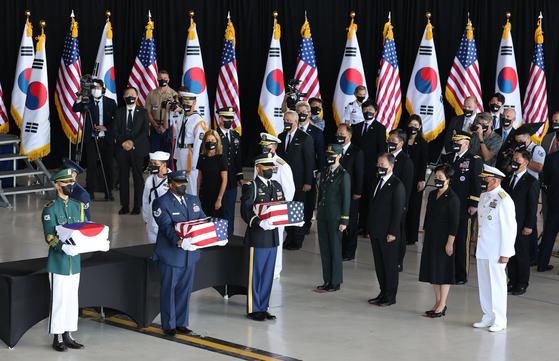 President Moon Jae-in, third from the right in the front row, First Lady Kim Jung-sook and John Aquilino, chief of the U.S. Indo-Pacific Command, take part in a joint repatriation ceremony returning the remains of 68 South Korean soldiers killed in the 1950-53 Korean War from the United States at Hickam Air Force Base in Hawaii Wednesday. Korea returned the remains of six U.S. soldiers. [YONHAP]