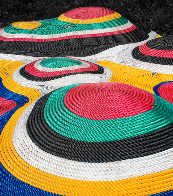 ″Augmented Depiction″ by SoomeenHahm Design shows the geometrical structure of interwoven colorful ropes. Although this piece was made using digital technology, it aims to provide analog experiences. [SEOUL BIENNALE OF ARCHITECTURE AND URBANISM]
