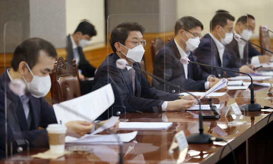 Vice Finance Minister Lee Eog-weon, second from left, raises concern over Evergrande's impact on Korea's financial market during a government meeting held in Seoul on Thursday. [YONHAP]