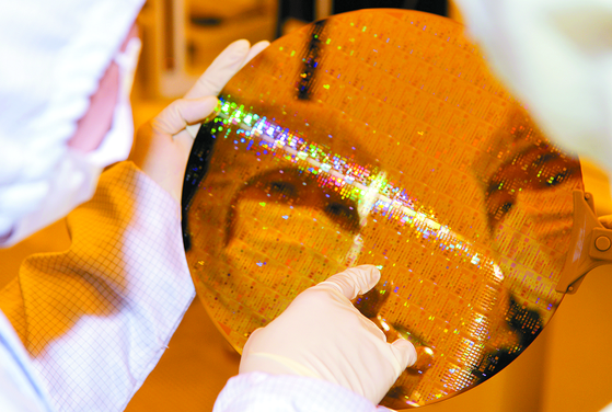 Researchers from the National NanoFab Center look at a 40 nanometer patterned wafer. [KIM SUNG-TAE]