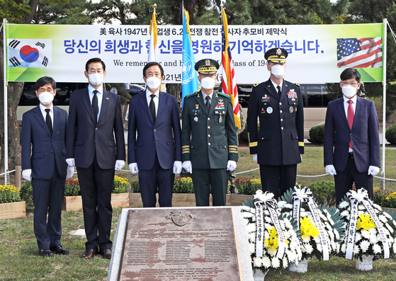 A ceremony unveiling a plaque for 12 graduates of the United States Military Academy who were killed in action during the 1950-53 Korean War takes place at West Point Memorial Park inside the Korea Military Academy (KMA) in Seoul on Friday. From left: Lee Seong-choon, director-general of the Seoul regional office of the Ministry of Patriots and Veterans Affairs; Gen. Choi Byung-hyuk, chief vice president of the KDVA-Korea chapter; Maj. Gen. (Ret.) Lee Seo-young, president of the KDVA-Korea Chapter; Lt. Gen. Kim Jeong-soo, president of the KMA; Major Gen. Patrick Matlock, assistant chief of staff for operations of the United Nations Command, ROK/U.S. Combined Forces Command, and United States Forces Korea; and Han Byung-wook, business team leader of the Korea JoongAng Daily. [PARK SANG-MOON]