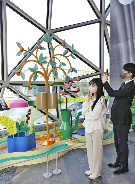 Galleria Department Store's Gwanggyo branch in Gyeonggi and Timeworld branch in Daejeon will hold pop-up exhibitions by design studio Kj arcade. The exhibitions are on the theme of renewable energy and their artworks are made of eco-friendly materials. [YONHAP]