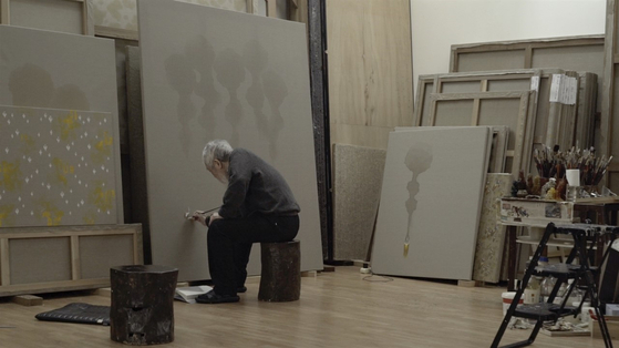 """A scene from the documentary """"The Man Who Paints Water Drops,"""" which follows the renowned artist Kim Tschang-yeul between 2015 and 2019. [MIRU PICTURES]"""