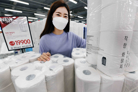 A model shows off Homeplus' eco-friendly toilet paper made of recycled milk cartons. [YONHAP]